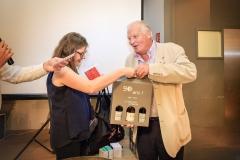 Les cadeaus offerts par Virginie à Bernard Delaye (Comité Foires Mâcon)